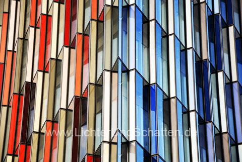 Glasfassade bunt  Foto Glasfassade - Bildarchiv LichterUndSchatten mit ...